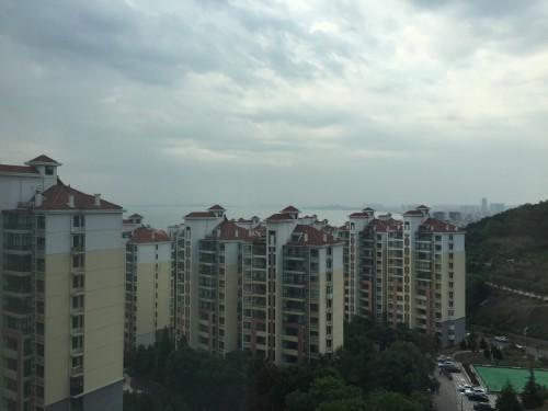 从二姨家窗外看到的海